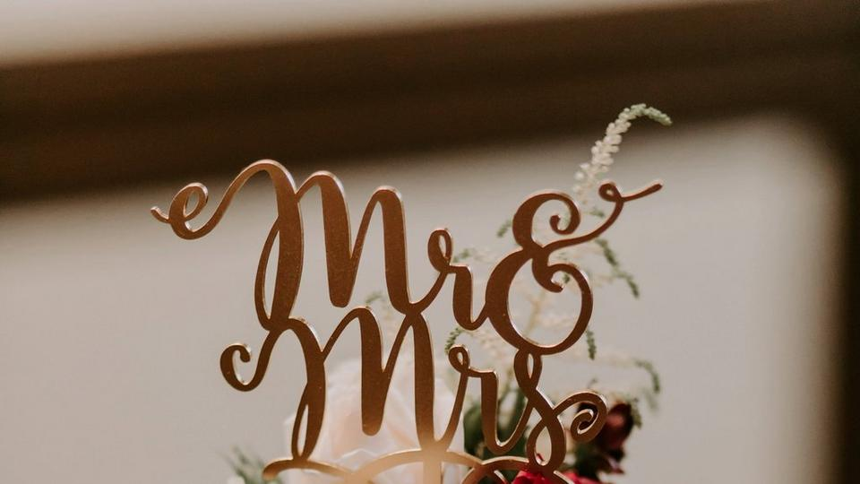 mr-and-mrs wedding-cake-topper